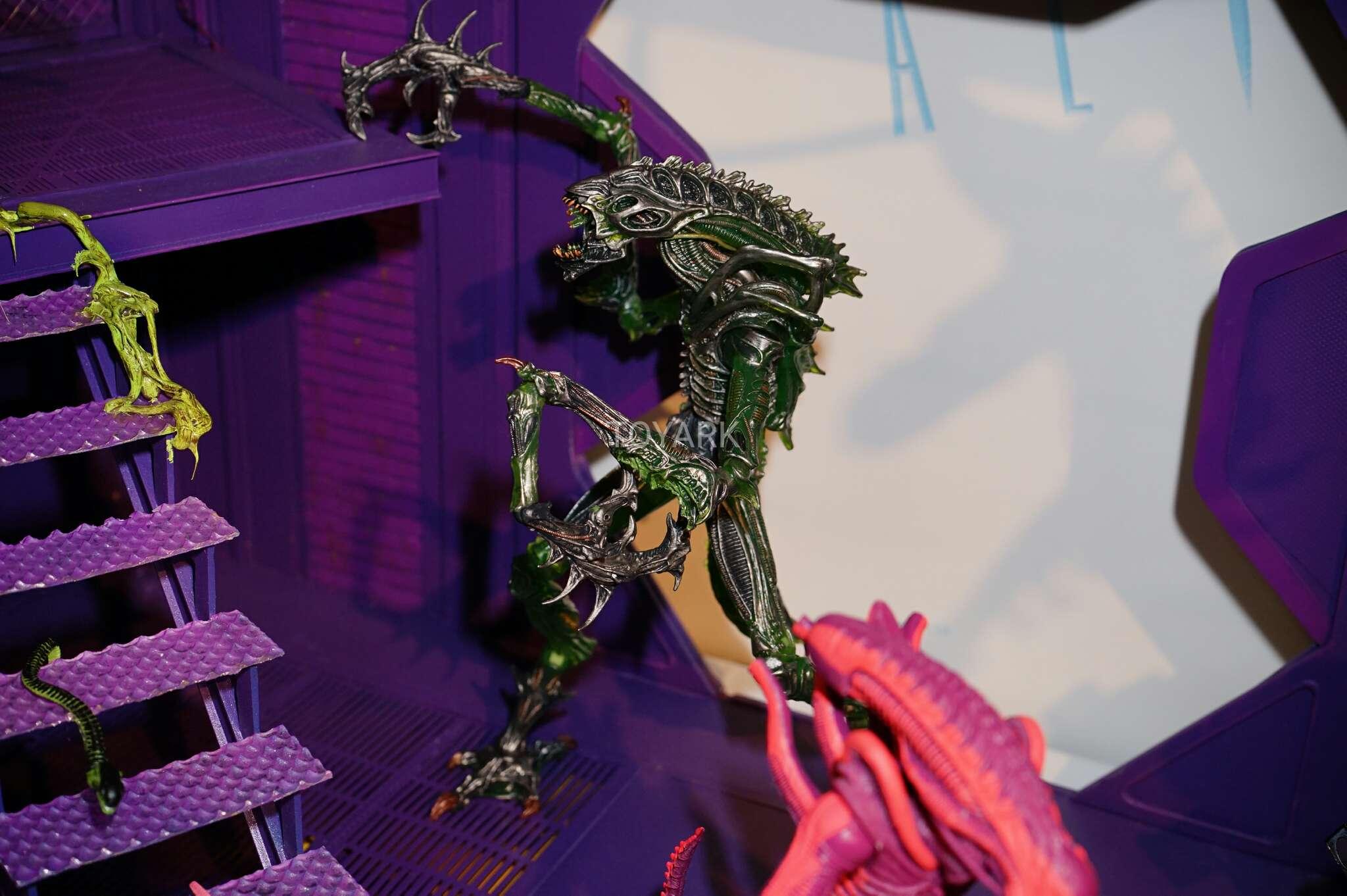 Link a Toy-Fair-2017-NECA-Aliens-and-Predator-Display-004