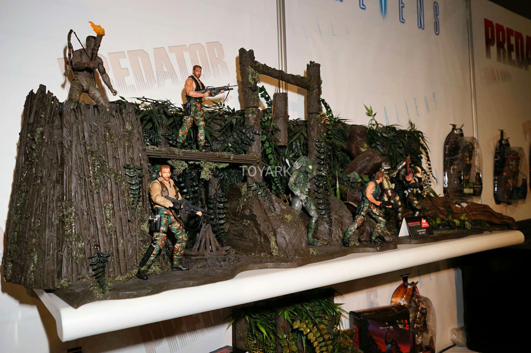 Link a Toy-Fair-2017-NECA-Aliens-and-Predator-Display-014