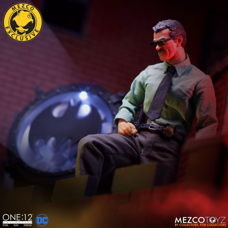 Link a Mezco-Jim-Gordon-and-Bat-Signal-Set-001