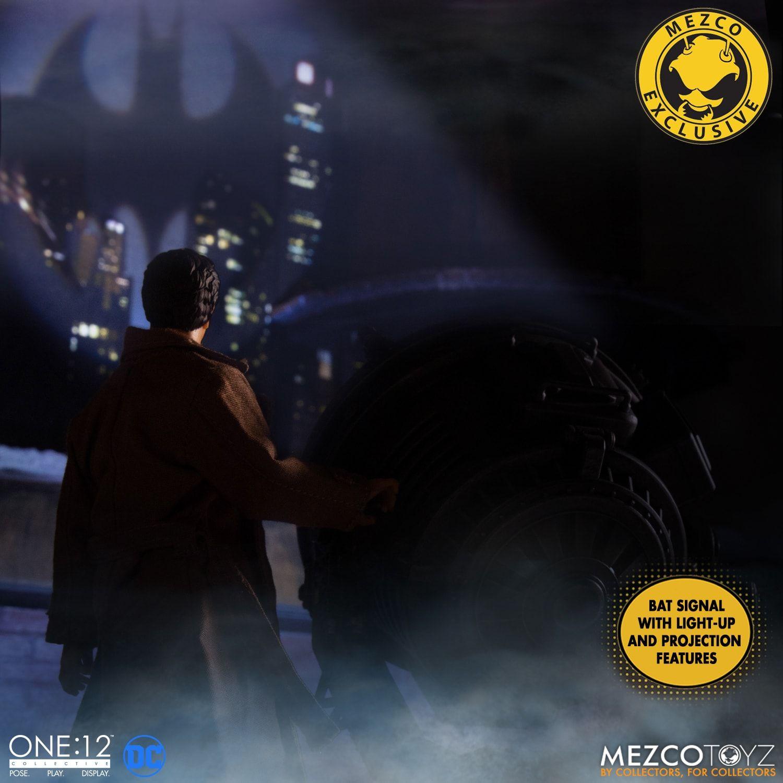Link a Mezco-Jim-Gordon-and-Bat-Signal-Set-002