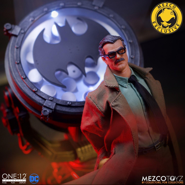 Link a Mezco-Jim-Gordon-and-Bat-Signal-Set-003