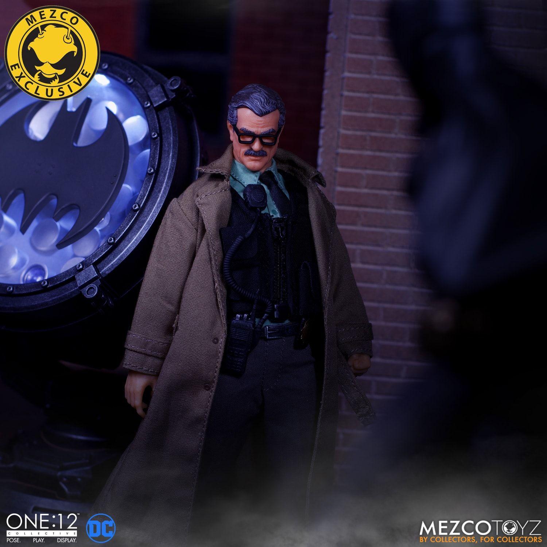 Link a Mezco-Jim-Gordon-and-Bat-Signal-Set-004
