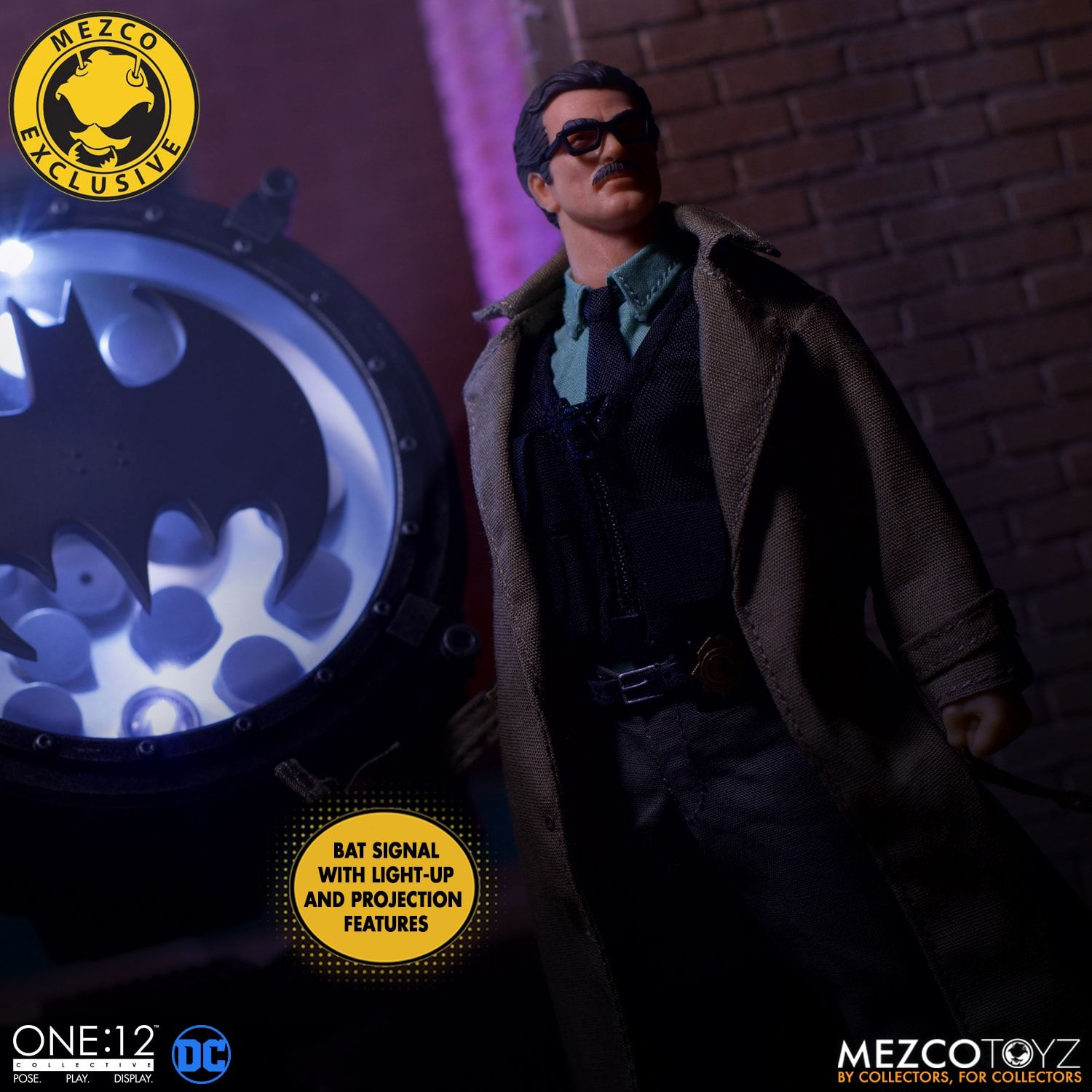Link a Mezco-Jim-Gordon-and-Bat-Signal-Set-005