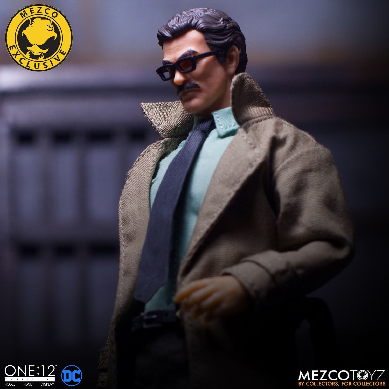 Link a Mezco-Jim-Gordon-and-Bat-Signal-Set-006