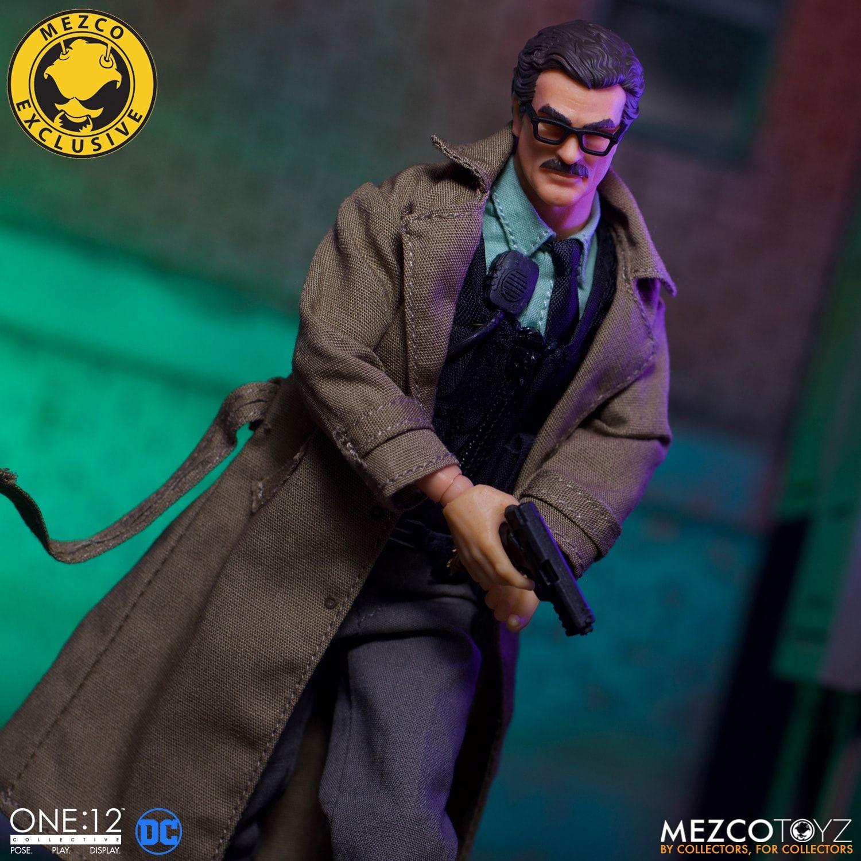Link a Mezco-Jim-Gordon-and-Bat-Signal-Set-007