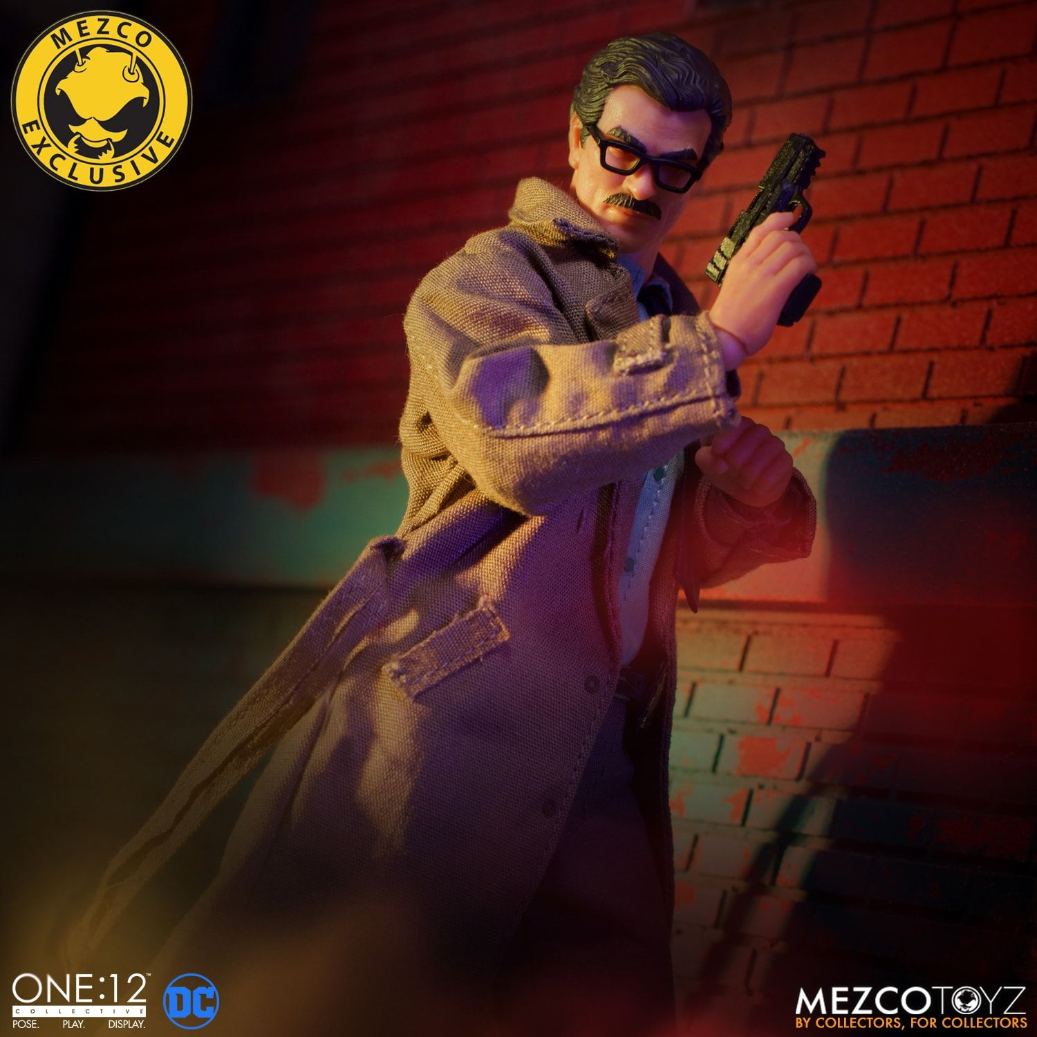 Link a Mezco-Jim-Gordon-and-Bat-Signal-Set-012