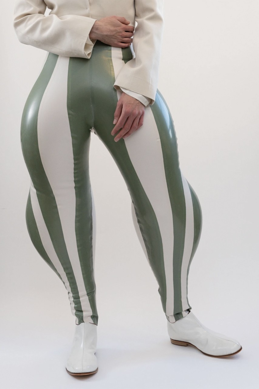 Link a https___hypebeast.com_image_2020_08_Harikrishnan-harri-inflatable-trousers-stripped-swirl-black-limo-viral-london-college-of-fashion-1