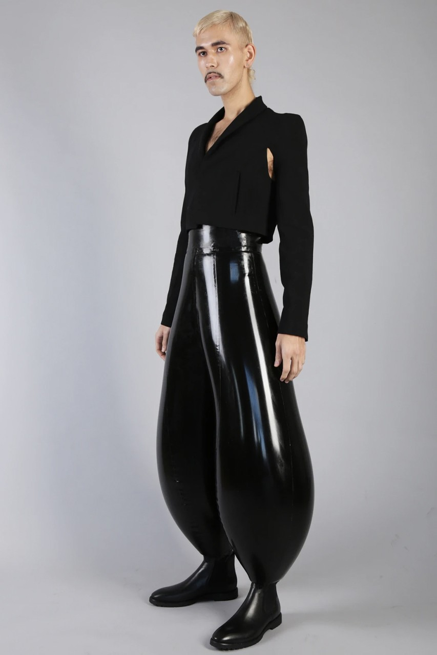Link a https___hypebeast.com_image_2020_08_Harikrishnan-harri-inflatable-trousers-stripped-swirl-black-limo-viral-london-college-of-fashion-5